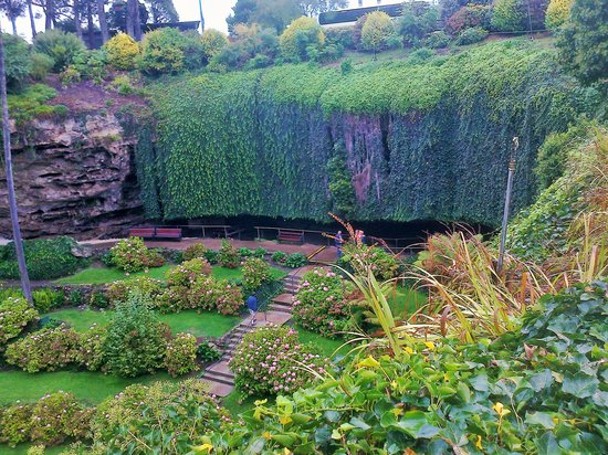 Umpherston Sinkhole: the size of the sinkhole, see the coach above