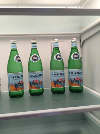 Hyatt Residence Club Sarasota, Siesta Key Beach: Cute water bottles all in a row.