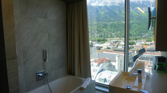 Adlers Hotel: Tub with a view