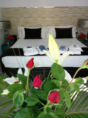 Hotel Spa Niwa: Habitación con flores frescas