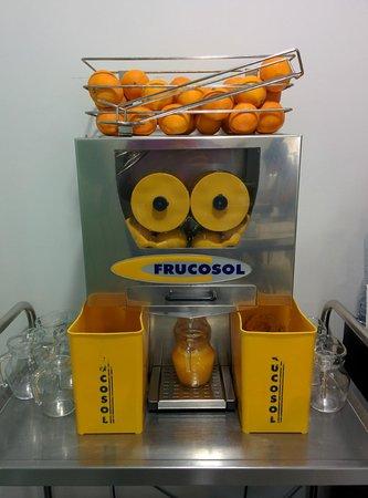 Hotel Spa Niwa: máquina para exprimirte tú mismo el zumito de naranja