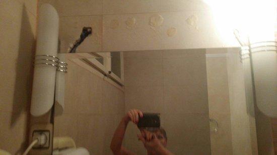 Hotel Rezime Residence: Bathroom.