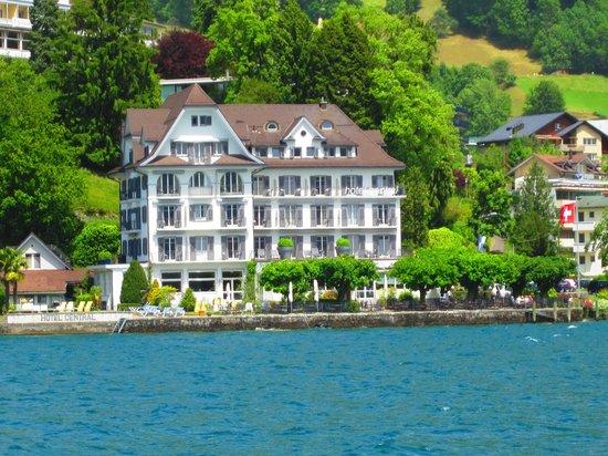 Hotel Central am See: Vista do Hotel.ainda no barco a chegada