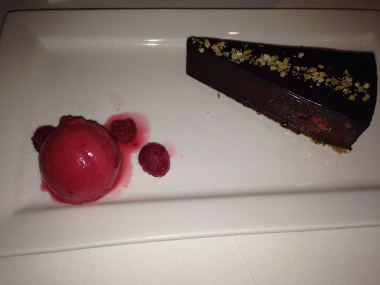 Beamish Park Hotel: Yummy melting chocolate tort with raspberry sorbet