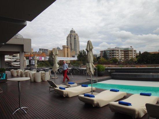 Radisson Blu Hotel Sandton, Johannesburg: бассейн очень маленький (без подогрева)