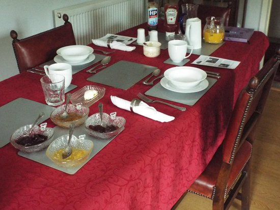 Meadowbrook Cottage B&B: Breakfast table all laid up in the Breakfast Room.