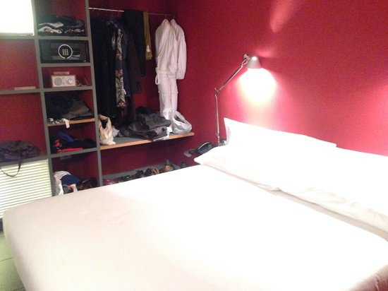 Casa Camper Hotel Barcelona: The bedroom.