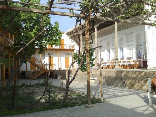 Hovli Poyon: patio