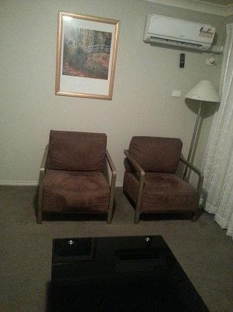 Pinnacle Apartments Canberra : 2 seats in lounge room