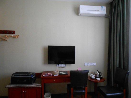 Super 8 Hotel Dunhuang Feng Qing Cheng: 机とテレビ