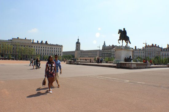 Place Bellecour: Praça Bellecour, imensa!