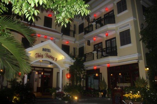 Thuy Duong 3 Hotel : Entrée de l'hôtel la nuit