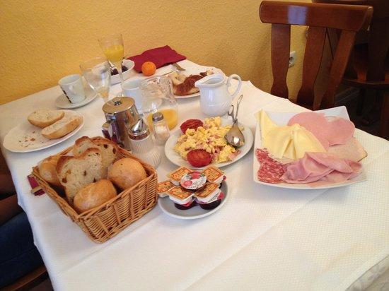 Cafe Hotel de Ville de Bruxelles: Reichhaltiges Büffet zum kleinen Preis!