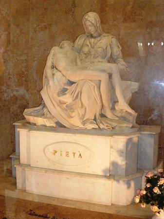 Sao Pellegrino Church: Réplica de Pietà e Túmulo do Pe. Ângelo