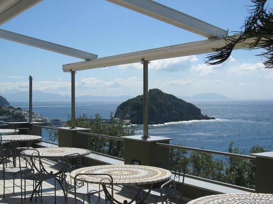 Punta Chiarito Resort Hotel Ristorante: Vista di S.Angelo dal ristorante all'aperto