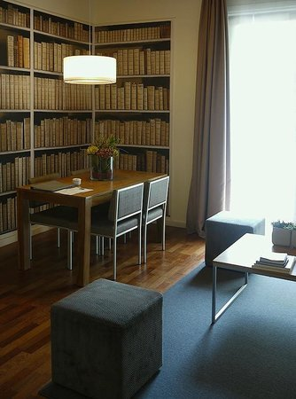 Apartments Sixtyfour: вид на книжный шкаф!.. )))
