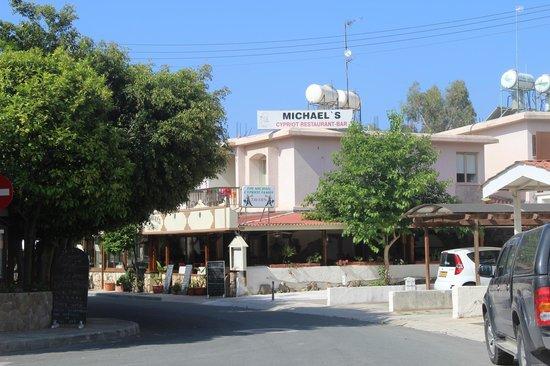 Michael's Tavern: Если спускаться к морю от отеля Paphos gardens
