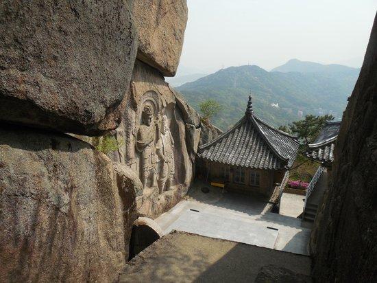 Seokbulsa Temple: Фигуры, вырубленные в скале