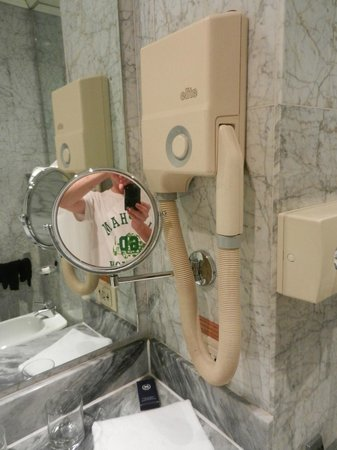 Conference Florentia Hotel: Устаревшие приборы в ванной