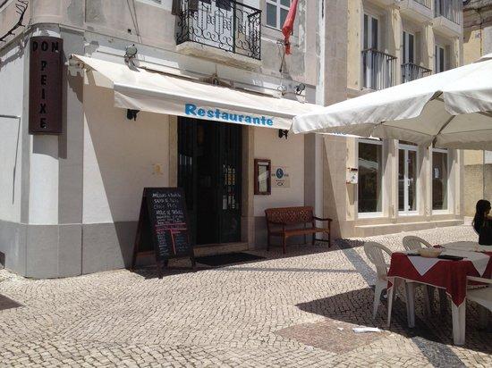 Don Peixe Restaurante Grill: Esplanada em frente à entrada