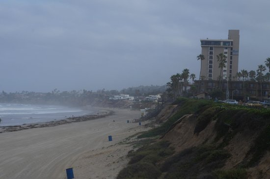 Pacific Terrace Hotel: Looking down the beach North from the Pier to the Pacific Terr