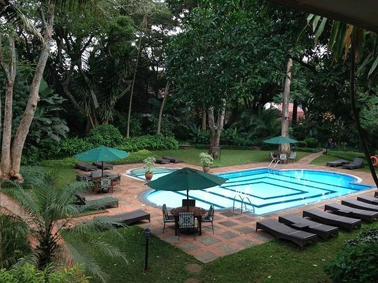 Southern Sun Mayfair Nairobi : Pool and garden