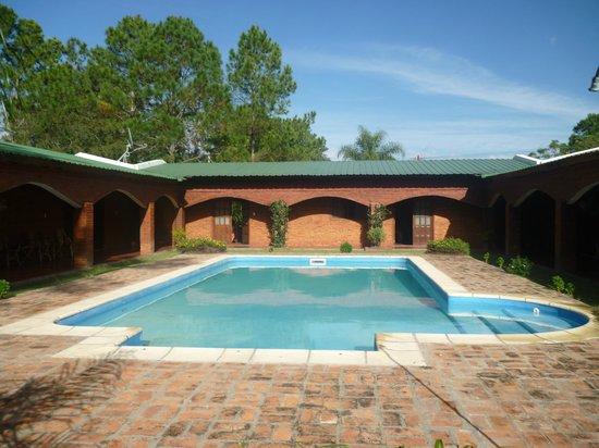 Posada Tupasy: Pileta y patio Trasero