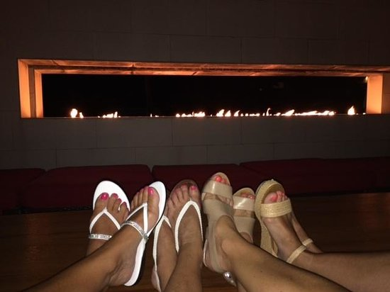 Infiniti Restaurant & Raw Bar: Relaxing after dinner by the infinity flames