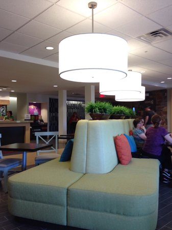 Home2 Suites by Hilton Pittsburgh / McCandless, PA: The breakfast lobby. Comfy seating.