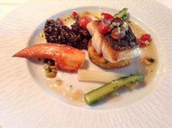 Restaurant Müli: Sea bass with lobster crab cake, black quinoa & aspagarus