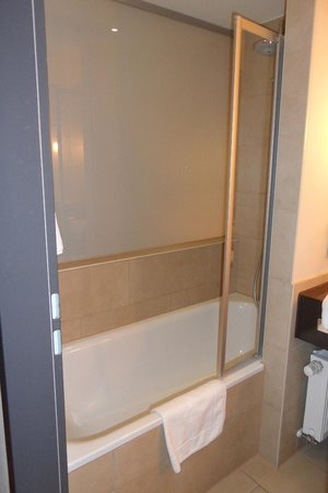 Welcome Hotel Darmstadt: la baignoire