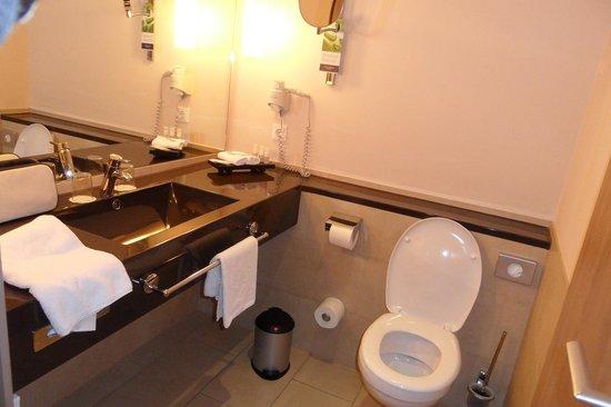 Welcome Hotel Darmstadt: la salle de bain suite