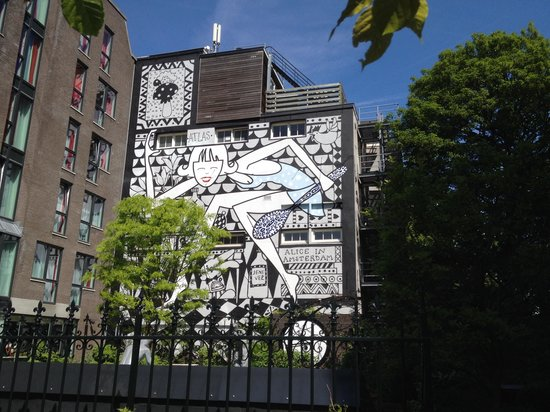 Andaz Amsterdam Prinsengracht : Mural on wall in the back garden of andaz