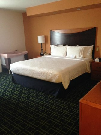 Fairfield Inn & Suites Albuquerque Airport: comfy king bed