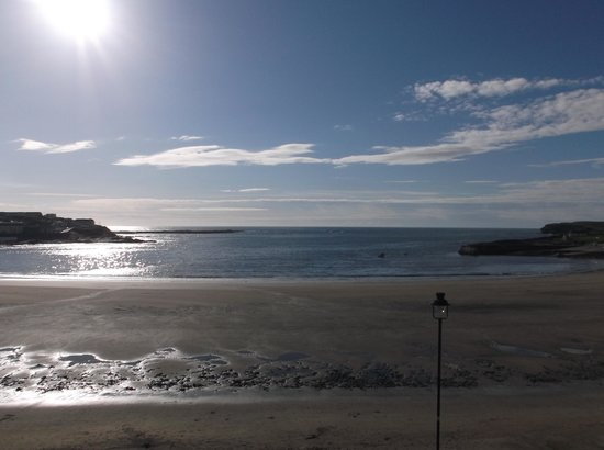 The Strand Seafood Bistro and Guesthouse: The sun on Kilkee bay