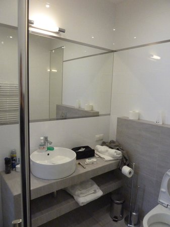 4 Seasons Apartments Cracow: well lit and designed bathroom