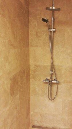 G Suites Airport: Bathroom