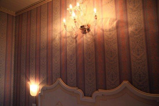 Bellini Venezia : изголовье кровати, шелк на стенах, светильник из стекла