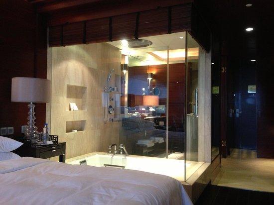 The Leela Ambience Gurgaon Hotel & Residences: 無料のミネラルウォーター