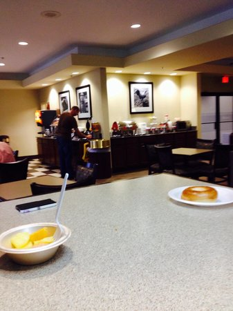 Hampton Inn Kerrville: FANTASTIC!!!! Comp. breakfast. I was pleasantly surprised . All in all this is just a Great hote