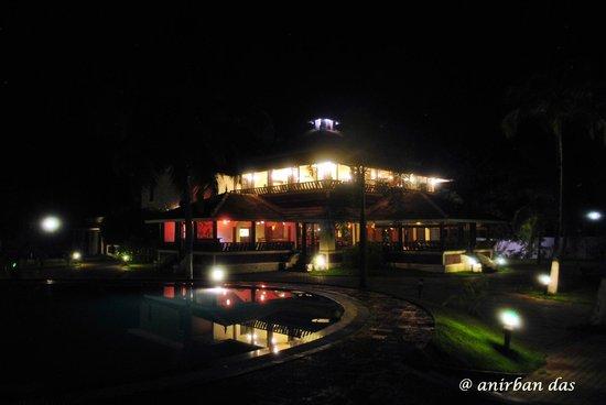 อิโลนาเลค รีสอร์ท: Dining Area at night
