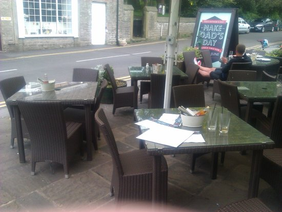 Castle Hotel: Dirty tables outside.