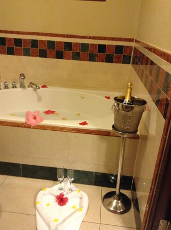 Sandals Royal Plantation : Bath prepared by butler complete with champagne
