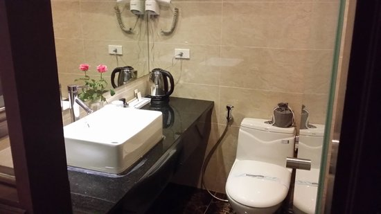 Golden Sun Suites Hotel: bathroom Twin Deluxe room