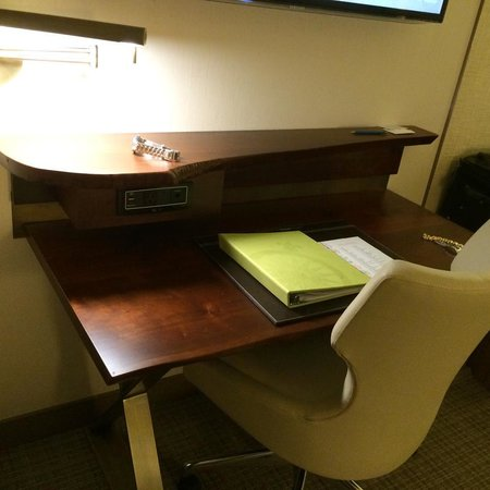 Seaport Boston Hotel: Desk in room