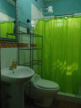 Hostal Nomba: Bathroom