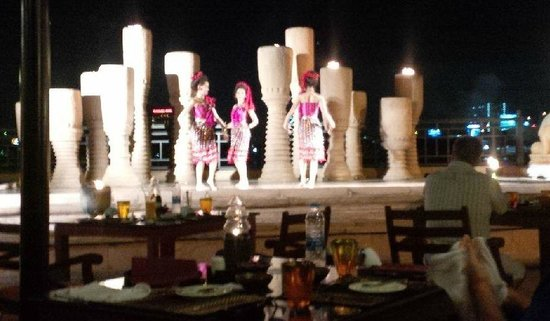 Anantara Riverside Bangkok Resort: dinner entertainment