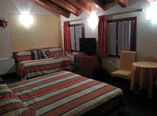 Antico Moro Hotel: Camera spazziosa , bagno grande pulito , e ben arredato