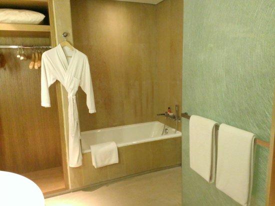 Hyatt Regency Chennai: Bath Area