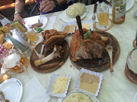 Schweizerhaus: zwei Stelzen vom Feinsten mit Drumherum